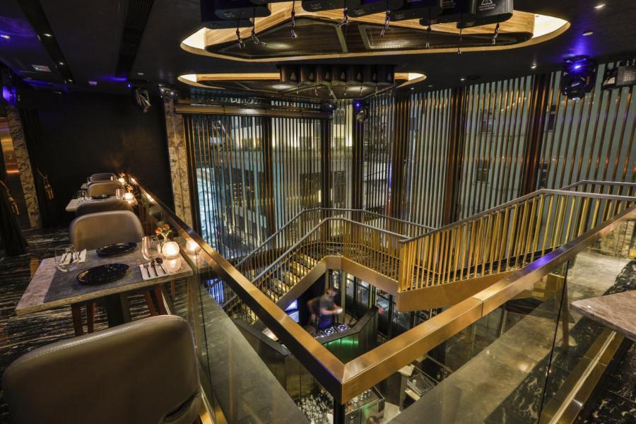 橫跨兩層的Ignis by Linx,佔地3,000呎,設計師透過巧妙的設計將上下兩層劃分為兩個截然不同的空間。