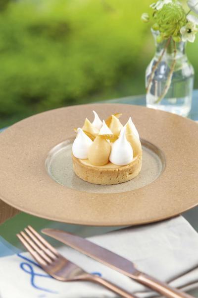 Calamansi tart:靈感源自檸檬撻,柑桔忌廉及蛋白霜酸甜有致,味道清新,與口感鬆脆的撻底配搭得恰到好處,不愧為餐廳的招牌甜品!