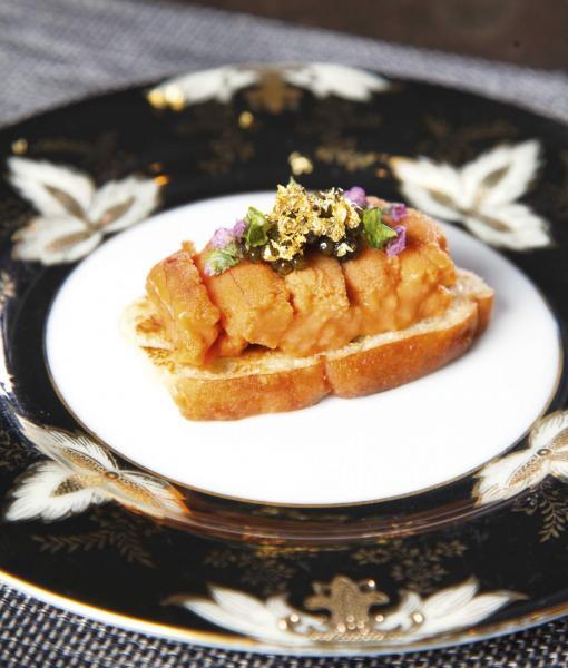 北海道海膽多士:香脆的香草多士上鋪滿了厚厚的北海道馬糞海膽,金黃色的海膽鮮美甘甜,與鹹香的法國魚子醬非常匹配,再加上食用金箔及花蕾作點綴,為這道頭盤添上了一點貴氣。