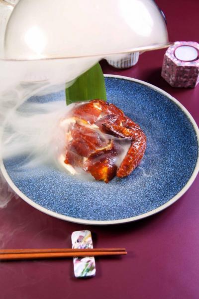 茶燻脆皮雞:燒得皮脆肉嫩,並帶有濃郁的普洱茶香及煙燻氣息。上枱時,以特製玻璃罩蓋著脆皮雞,並於罩內注入桂花及蘋果木煙燻,香氣撲鼻。