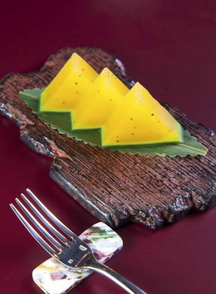 西瓜糕:糅合了台灣黃肉西瓜汁、椰汁、綠茶、奇異果籽,不但口感煙韌,而且清新香甜。