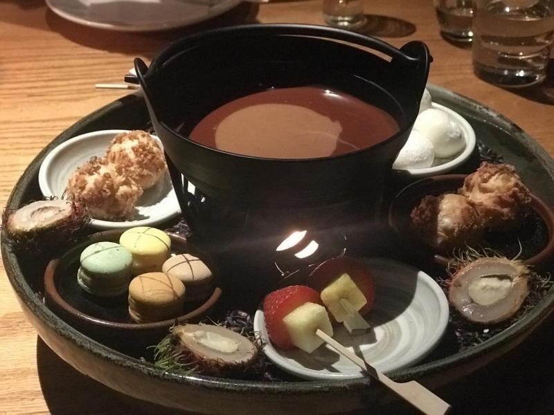 由精緻日式甜點搭配榛子朱古力的甜品拼盤。