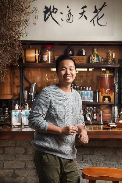 Joseph Cheung(危重病課和心臟科專科注冊護士)香港大學護理系學士及法學碩士,畢業後於公立醫院工作十年;因參加調酒課程而與Kit Cheung 認識。已於數月前離開工作了十年的工作崗位,與Kit Cheung一起經營「白蘭樹下」。