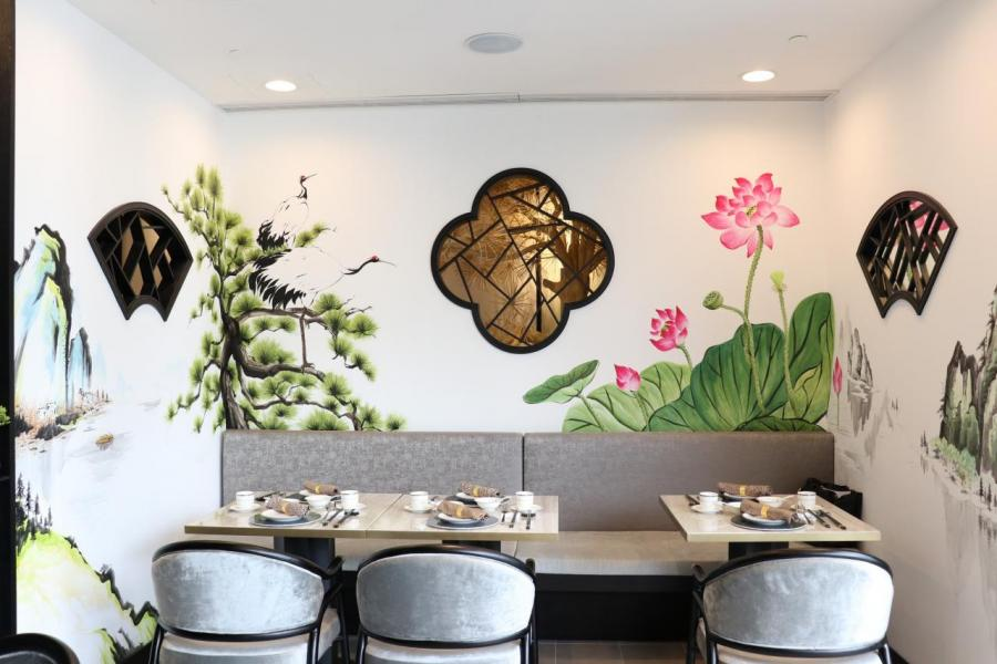 餐廳佔地4,400平方呎,牆上的山水壁畫為用餐區增添了幾分詩情畫意。