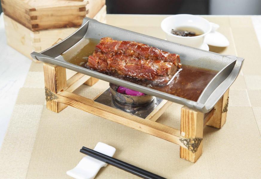 蜜汁黑豚肉叉燒:大廚選用加拿大黑毛豬肉,以海鮮醬、燒烤醬把豬肉醃一整晚。叉燒表面略帶焦香,入口鬆化軟腍,而且富有蜜香。