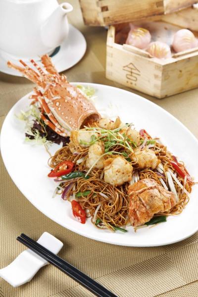 秘製龍蝦炒麵:越南龍蝦肉鮮甜彈牙,經過油炸後更是香口,配上用自家製XO醬炒成的中式全蛋麵,香辣惹味。