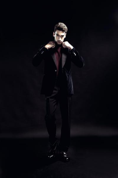酒紅色針織上衣(未定價)/ 深藍色天鵝絨外套(未定價)/ 黑白長褲(未定價) ALL FROM DUNHILL