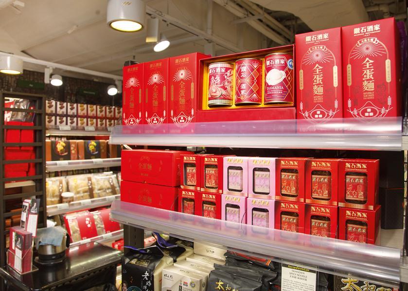 位於銅鑼灣City'Super內貨架上展示的鑽石酒家產品。