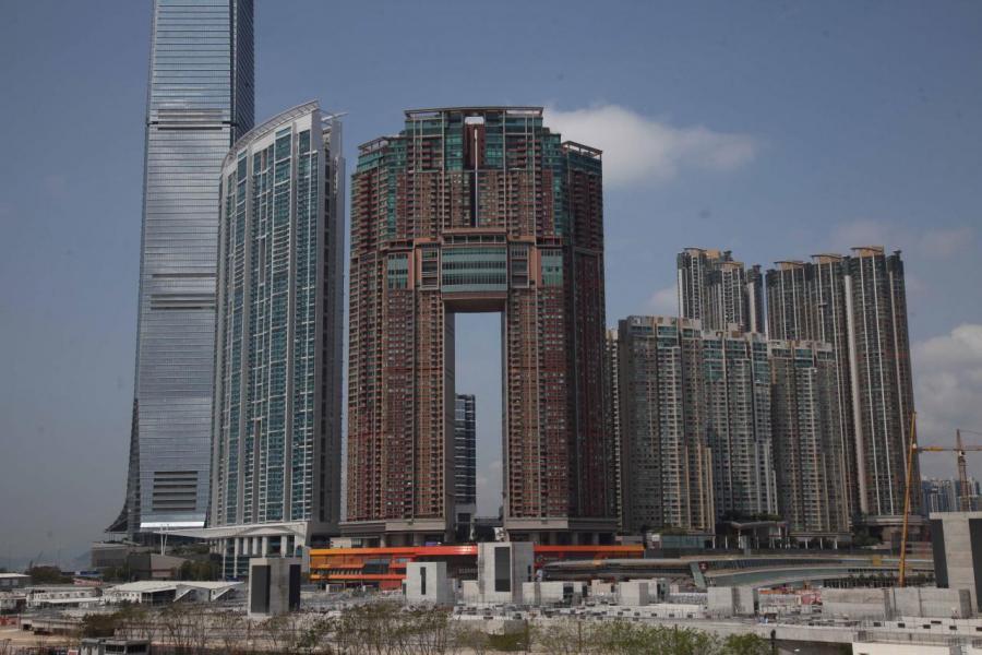 近日九龍站凱旋門摩天閣高層全層3伙放售,意向呎價10.5萬元。