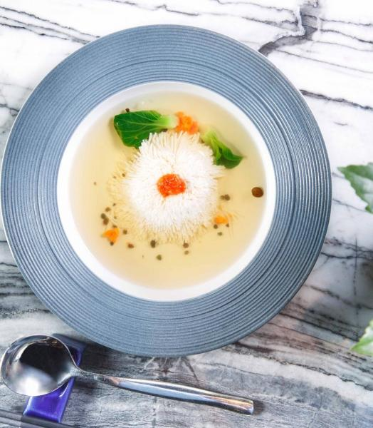 珊瑚菊花豆腐:大廚利用精湛純熟的刀工令平平無奇的豆腐變成了一朵活靈活現、象徵長壽的「菊花」,再搭配用雞肉、蛋白、清雞湯熬煮而成的三吊湯,以及鮮蟹黃。三吊湯清甜可口,鮮蟹黃則帶來一點鮮味,有錦上添花之效。