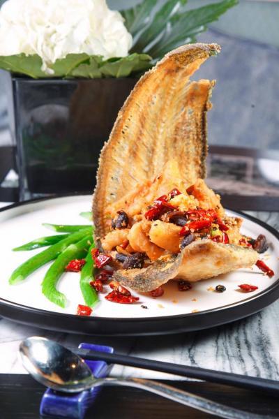 黑縱菌炒方脷魚:方脷魚炸得外脆內軟,充滿避風塘風味,就連魚骨亦可食用,卻又不失鮮味,再伴以雲南黑縱菌及指天椒乾,非常惹味。