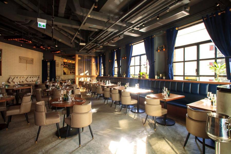 餐廳的室內裝潢以30年代Art Deco風格為主題,簡約優雅。