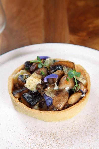 Portobello mushroom tart, chestnut, gorgonzola:糅合了大啡菇、栗子、芝士、牛肝菌粉末,菌香撲鼻,再加上香脆的撻皮,令口感更豐富。