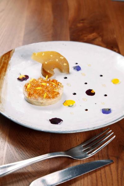 Foie gras terrine, Madeira jelly, vanilla poach pear:經過慢煮的法國鵝肝,伴以白蘭地啫喱,以及用雲呢拿糖水浸熟的啤梨,食材配搭極富心思。鵝肝不但入口即化,而且充滿酒香,清新的啤梨更中和了鵝肝的膩滯感。