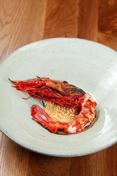 Blistered Spanish red prawn, sake, sesame oil:大廚以清酒、麻油、薑、番茄等將紅蝦醃製後,再以火槍輕炙其表面,蝦肉鮮甜軟綿,蝦膏甘香濃郁,配合香脆的日式脆米同享,帶來對比強烈的口感。