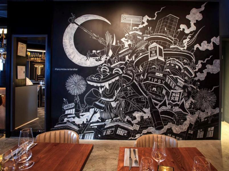 牆上一幅由本地藝術家James Ng設計的畫作成為了亮點,畫中描繪了大坑區內富有特色的事物,例如舞火龍、服務式住宅Little Tai Hang、龍鳳冰室等,讓人目不暇給!