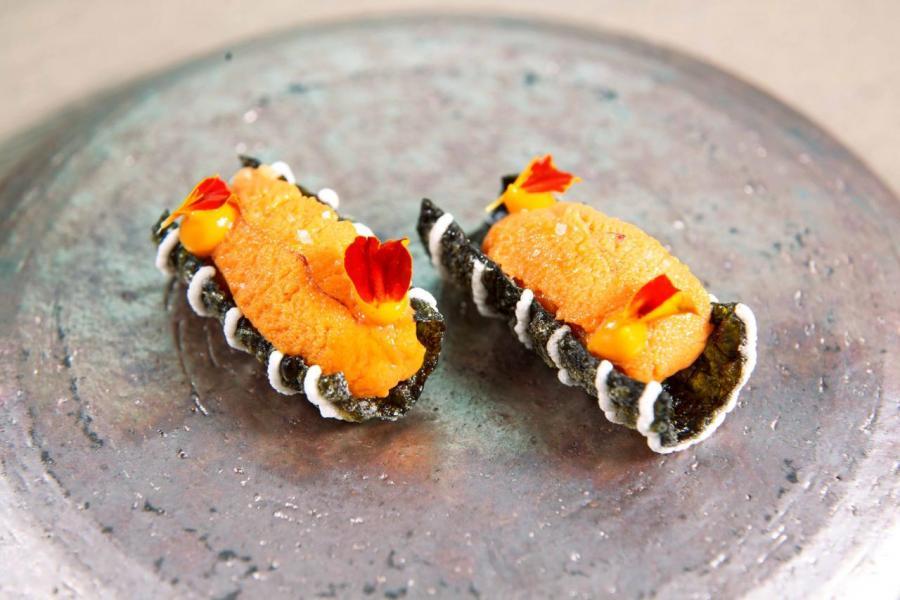 Sea urchin:以鮮甜肥美的日本北海道海膽,搭配口感香脆的海苔脆片及微酸的芬蘭沙棘果,讓人胃口大開。