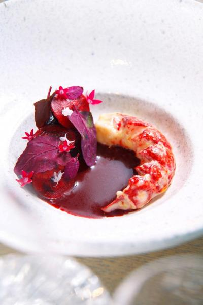 Blue lobster:鮮甜彈牙的法國藍龍蝦,伴以新鮮紅菜頭及香脆的紅菜頭薄片,味道清新的紅菜頭令藍龍蝦的鮮味更突出,美味得讓人吃個不停!