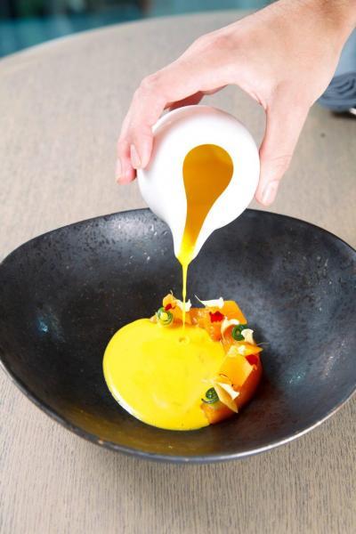 Kabocha squash:Chef Eric選用日本南瓜,分別製成香脆的生南瓜片、入口即溶的熟南瓜、香甜滑溜的南瓜湯,營造出富有層次的口感,再加上清新的日本柑和青瓜,更有畫龍點睛之效。