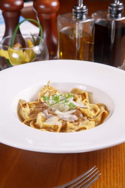 Cappelletti di vitello:先將慢煮過的小牛肉,以及意大利煙肉釀入新鮮手製的意大利雲吞皮中,再以牛肝菌醬汁烹調,令小牛肉的肉味更香濃。