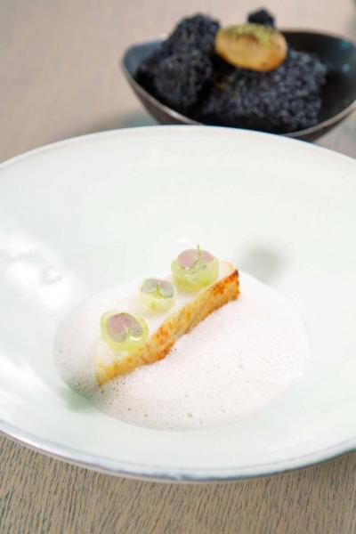 Turbot:肉質嫩滑的法國多寶魚,入口即溶,伴以用白酒及煙燻乾草製成的醬汁,襯托出多寶魚的鮮甜。