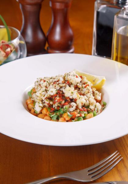 Calamari in Padella:香煎至剛熟的魷魚入口軟滑,再加上雞心豆、辣椒、銀魚柳、香茜及火箭菜等配菜,口感極富層次。