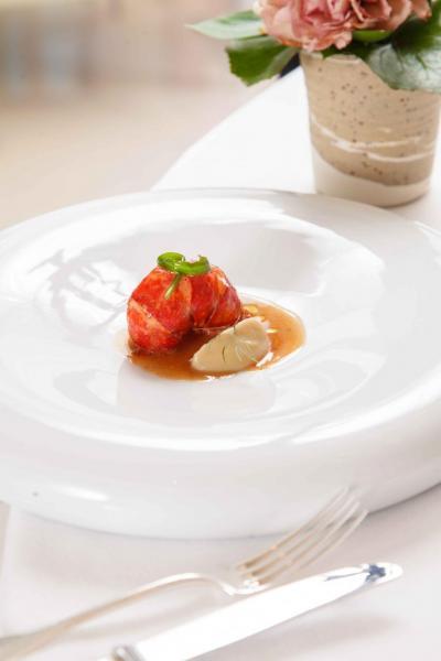 Brittany blue lobster:矜貴的藍龍蝦鮮甜彈牙,搭配爽脆的耶路撒冷雅枝竹,以及軟滑的雅枝竹蓉,再加上用龍蝦汁、牛油、龍蝦羔熬製48小時而成的醬汁,讓藍龍蝦的鮮味更突出。