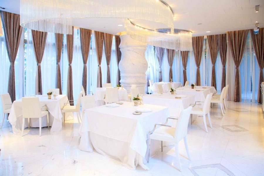 餐廳佔地過萬平方呎,以白色雲石配襯奪目耀眼的吊燈,氣氛高雅。