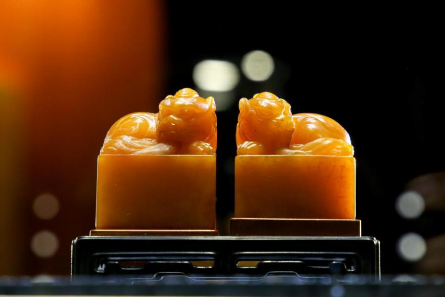康熙御製田黃甪端鈕納蘭性德自用對印,共重近400克,色澤純正,滋潤如玉,蘿蔔絲紋明顯。