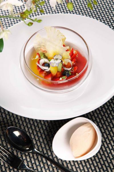 Mixed fruits salad, grapefruit sorbet:大廚選用時令水果,包括芒果、奇異果、蘋果、草莓、菠蘿,再加上熱情果啫喱及椰子片,並伴以西柚雪葩及鮮果醬汁,非常清新,而且賣相七彩繽紛,叫人賞心悅目。