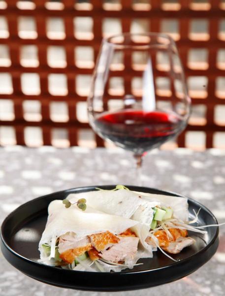 北京填鴨薄餅:以麼麼皮包裹著片皮鴨、青瓜、蔥絲,帶來多層次的口感,再加上秘製海鮮醬,讓鴨肉的肉味更突出。