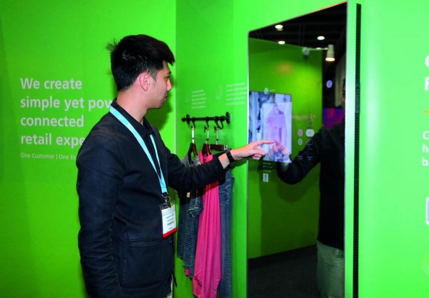 ofugeaer推出的人工智能試身室(Connected Fitting Room),令顧客在選購服裝時更加方便。