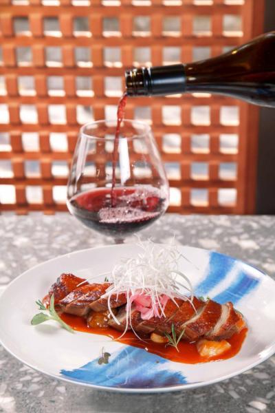 """川辣烤鴨胸荔枝山楂汁:大廚選用法國鴨胸,以先焗後煎的烹調方法,讓鴨胸吃起來皮脆肉嫩,再伴以用荔枝果肉、山楂,以及四種四川辣椒製成的醬汁,酸甜中帶點微辣,有助中和鴨肉的膩滯感,配以一杯來自法國Languedoc的""""Famille Fabre, L'Instant Pinot Noir IGP 2016"""",就更相得益彰。"""