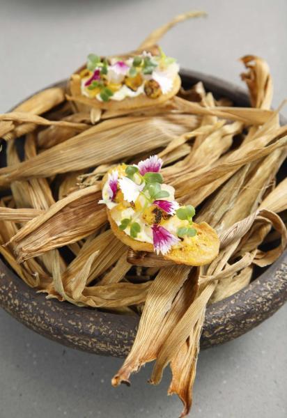 Wafer, fermented sweetcorn puree, yeast:粟米脆餅配以發酵粟米蓉、醃粟米、忌廉芝士、烤酵母,以及來自新界有機農場的羽衣甘藍、青豆苗,味道豐富,口感充滿層次。