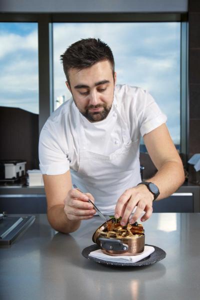 一邊品嚐佳餚,一邊看著高大帥氣的英籍大廚Oli烹調美食,的確是一種視覺娛樂及享受,再加上與廚師們的近距離互動,確實是一種很有趣的用餐體驗。