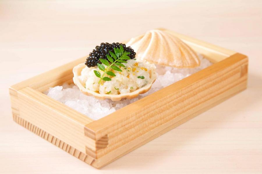 日式帆立貝他他窩夫:貝殼造型的窩夫口感香脆,搭配鮮甜的北海道帆立貝他他,以及鹹香的法國魚子醬,鮮味無比,而且味道極富層次。