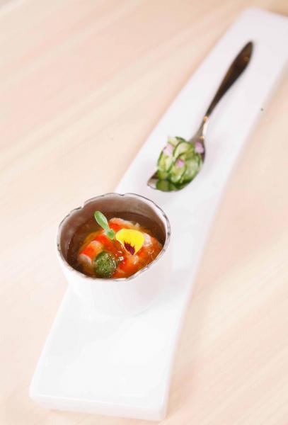車海老醋蛋黃配土佐醋啫喱:微酸的土佐醋啫喱提升了蝦肉的鮮味,再加上帶點甜味的蛋黃醋,味道非常清新,讓人胃口大開。