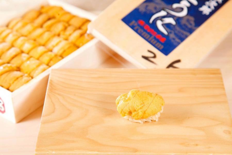 海膽壽司:肥美的北海道馬糞海膽,鮮甜回甘,壽司飯則用上北海道七星米,口感軟熟,配以江戶前陳醋,洋溢著微微的酸香。