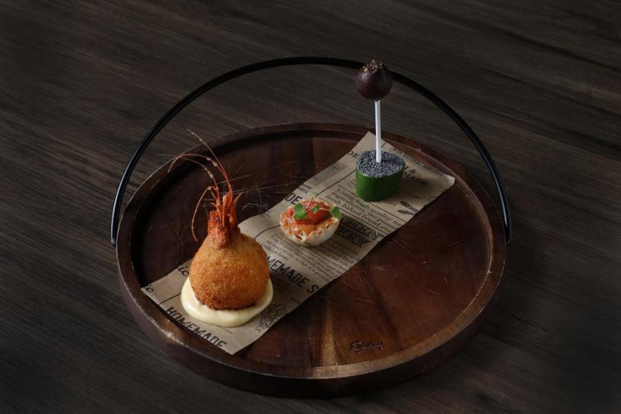 左至右:炸小紅蝦薯波、喇沙汁小紅蝦酥皮撻、鵝肝慕絲比利時朱古力