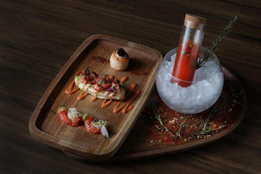 左至右:青檸醬汁醃小紅蝦配珍珠洋蔥及酸瓜、千島醬小紅蝦配生菜、蟹肉黑蟹籽酥盒、經典雞尾酒小紅蝦