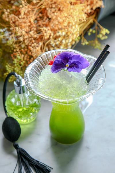 Green Fairy:糅合了瑪杜莎蘭姆酒、查特綠香甜酒、柚子汁、菠蘿汁及椰子水,最後,調酒師以裝滿了苦艾酒的香水瓶為雞尾酒噴上一抹幽香,為客人帶視覺、味覺及嗅覺三重享受!
