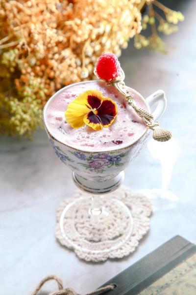 Mad Enchantment:以法國皮耶蘋果白蘭地、紅麗葉開胃酒、蘋果汁、檸檬汁、香草糖漿及黑莓蓉調製而成,帶點果香,入口清新,再加上以精緻的茶杯盛載,更見優雅。