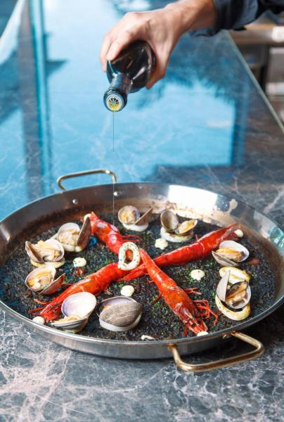Red prawn squid ink paella:品嚐正宗西班牙菜,當然不能缺少最經典的paella。紅蝦入口鮮甜,飯粒則帶點嚼勁,而且盡吸魚湯和海鮮的精華,美味得讓人吃個不停!