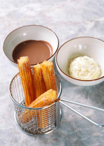 Xurros:即點即炸的西班牙傳統甜品,沾上肉桂砂糖的油條炸得外脆內軟,而且甜而不膩,大家更可按個人口味,配以雲呢拿、焦糖牛奶、朱古力或焦糖奶油。