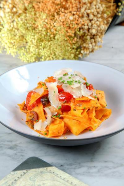 Puttanesca Pappardelle:闊條扁麵搭配新鮮番茄、橄欖、小酸豆、鳳尾魚、橄欖油及帕馬臣芝士,成就了這道經典的意大利美食,扁麵充滿蛋香,與甜中帶點微酸的番茄醬汁配合得恰到好處。