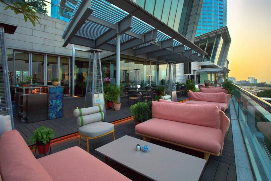 室外用餐區亦設有寬敞舒適的沙發座椅,讓大家飽餐一頓後小酌一番。