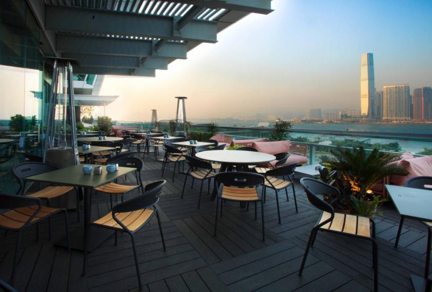 室外用餐區坐擁一望無際的維港美景。