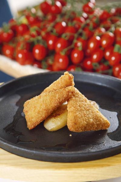 Graviera:乍看有點像炸薯餅,外層香脆,咬一小口,內裡熱騰騰的流心芝士馬上湧出來,味道香濃,伴以甜梨同享,正好能中和芝士的鹹味及膩滯感。