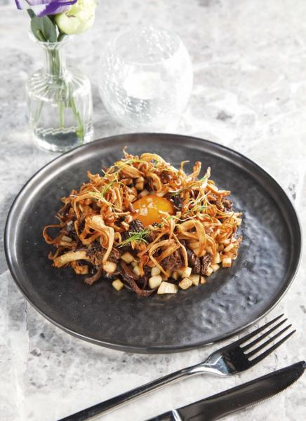 Mushroom:糅合了多種菇菌,包括杏鮑菇、黑色喇叭菇、羊肚菌,以及入口香脆的炸秀珍菇,搭配以攝氏63度油浸慢煮的蛋黃,再加上薯蓉及紅酒汁,帶來充滿層次的口感。