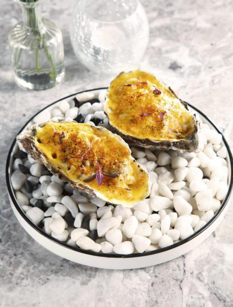 "Oyster tartare:大廚選用來自法國南部的白珍珠蠔,並參考美國新奧爾良經典菜式""Oysters Rockefeller""的做法,加入鮮甜肥美的油甘魚刺身、酸中帶甜的熱情果泡沫、辛口的山葵,然後烘烤,多重味道交織在一起,亦讓白珍珠蠔的鮮味更為突出。"
